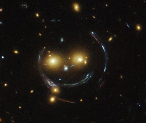 sdss_j1038+4849_smiley-hst-crop-500x420